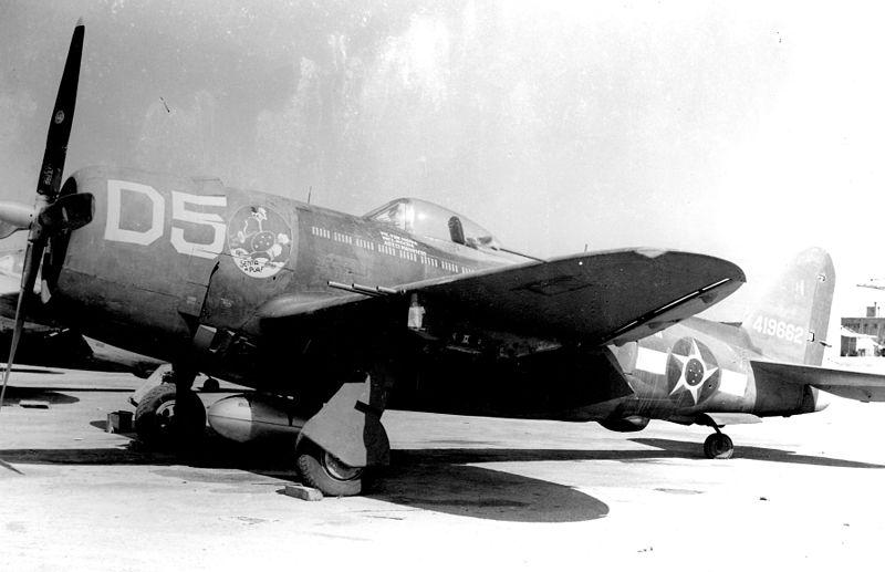 """P-47 - używane we Włoszech - z godłem """"Senta a Pua!"""" na nosie, wzdłuż narodowego insygnium Brazylii."""